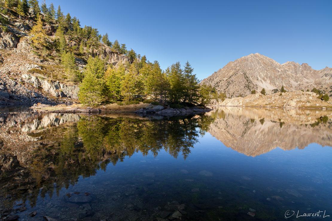 "Premiers rayons sur le lac  |  1/8 s à f/11 - 100 ISO - 21 mm  |  23/09/2012 - 08:56  |  44°6'55"" N 7°20'29"" E  |  2150 m"