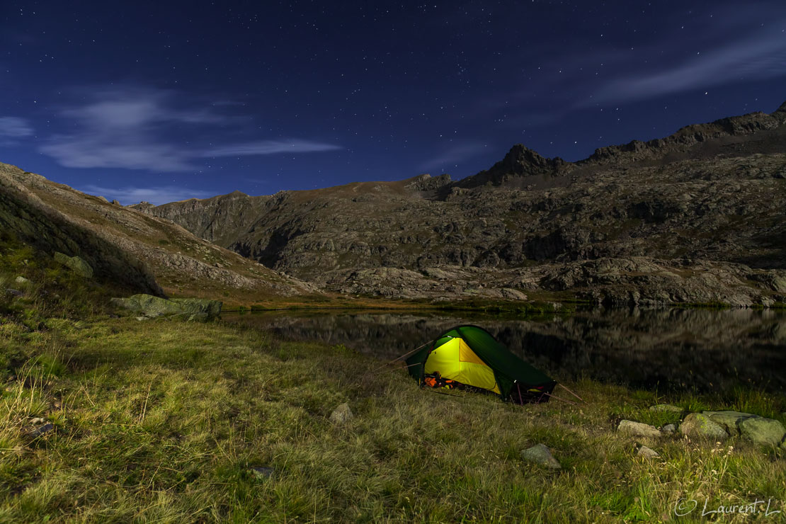 "Bivouac au lac de Fourchas  |  30,0 s à f/5,6 - 1600 ISO - 21 mm  |  06/09/2014 - 21:15  |  44°18'35"" N 6°56'45"" E  |  2468 m"