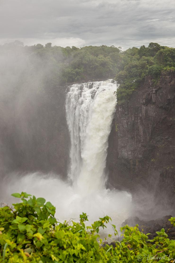 """Devil's Cataract (Victoria Falls)     1/100 s à f/5,6 - 100 ISO - 51 mm     01/01/2011 - 12:24     17°55'27"""" S 25°50'58"""" E     898 m"""