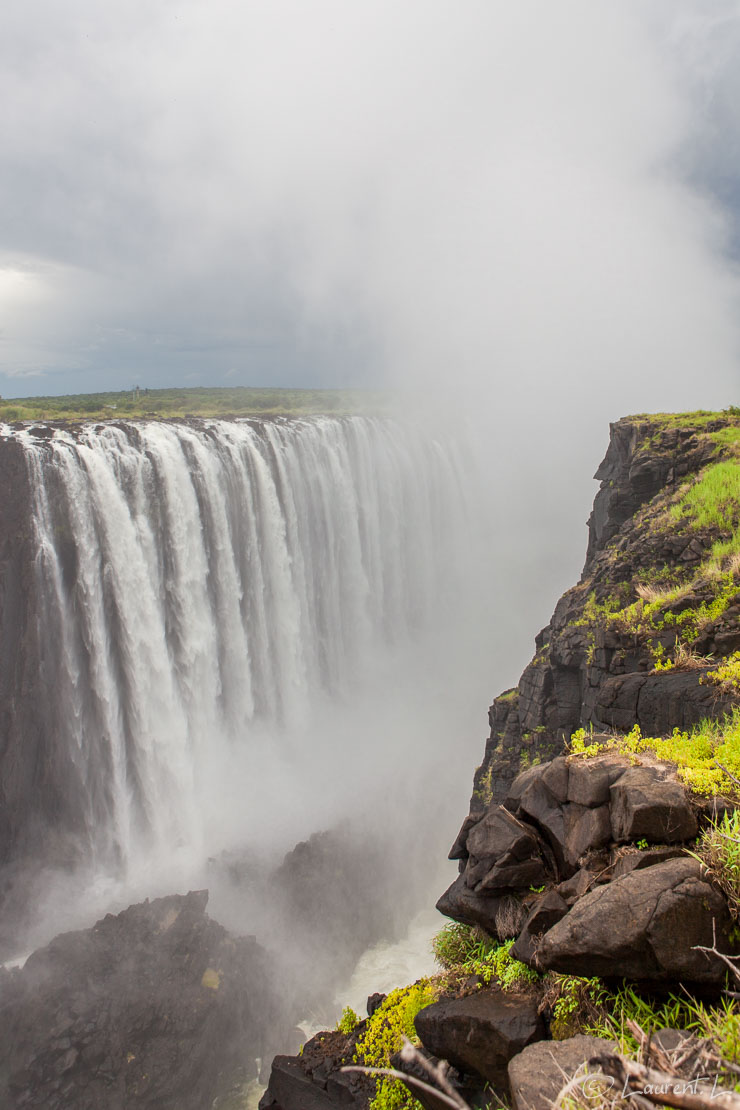 "Rainbow Falls : le fracas (Victoria Falls)  |  1/100 s à f/6,3 - 100 ISO - 24 mm  |  01/01/2011 - 12:55  |  17°55'31"" S 25°51'18"" E  |  893 m"