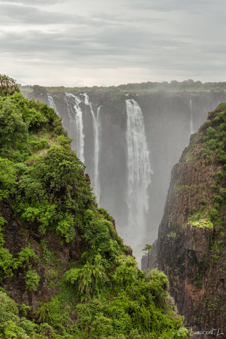 "Au loin, Armchair Falls  (Victoria Falls)  |  1/125 s à f/6,3 - 100 ISO - 59 mm  |  01/01/2011 - 14:37  |  17°55'41"" S 25°51'25"" E  |  880 m"