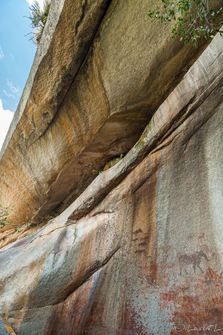 """Gravures rupestres : 6000 ans d'âge (Domboshawa)     1/50 s à f/5,6 - 800 ISO - 21 mm     04/01/2011 - 14:41     17°36'36"""" S 31°10'29"""" E     1593 m"""