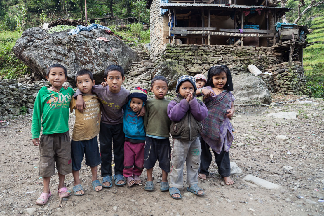 "Enfants Gurung (ethnie népalaise)  |  1/20 s à f/4,0 - 100 ISO - 21 mm  |  25/10/2013 - 07:51  |  28°11'1"" N 84°52'40"" E  |  822 m"
