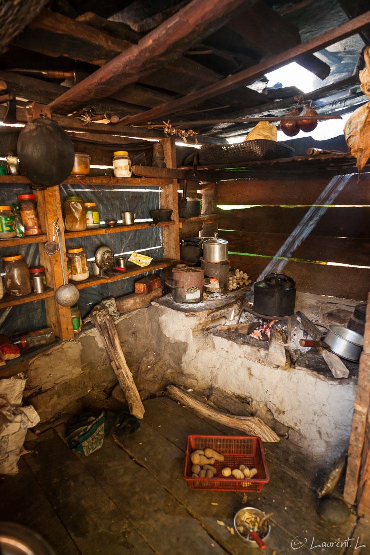 "Cuisine à Yuru Khola  |  1/25 s à f/4,0 - 1250 ISO - 21 mm  |  26/10/2013 - 11:58  |  28°19'38"" N 84°54'29"" E  |  1300 m"