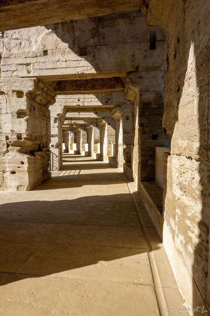 Etape 12 : Maussane-les-Alpilles ↔ Arles nord (19,1 kms)  |  05/05/2014 - 17:44  |  Cette douzième étape marque la fin de la via Aurelia (du GR653A) depuis mon départ d'Antibes, puisque me voilà arrivé enfin en Arles. Débute à partir du lendemain le Chemin d'Arles (GR653). Cette courte étape me donne l'occasion de visiter les arènes et l'amphithéâtre romain. Les perspectives dans les coursives des arènes donnent ici, avec un jeu d'ombres et de lumières, un effet graphique plaisant. Les monuments romains dans la ville et à proximité sont omniprésents.