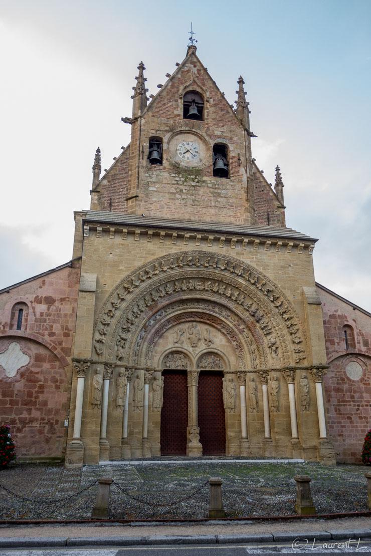16/05/2015 - 07:35  |  Etape 38 : Morlaàs ↔ Pau nord (13,9 kms)  |  Après une nuit épique dans cet hôtel de Morlaàs, situé à deux pas de l'église (sur la photo), je m'engage pour ma dernière étape de l'année sur le Chemin de Compostelle. La nuit a été courte à cause de mes colocataires du moment, l'étape le sera aussi puisqu'elle doit me conduire à Pau d'où je repartirai pour Toulouse en co-voiturage dans l'après-midi. Arrivé devant l'hippodrome de Pau, il est tôt. Je m'installe sur un banc. Quelques minutes plus tard, j'aperçois mes fidèles compagnons de route croisés à Saint Guilhem 20 jours plus tôt, ces mêmes compagnons qui ont précipitemment quittés l'hôtel de la veille. Je suis heureux de les revoir au terme de mon parcours de cette année 2015 avant de rentrer chez moi.