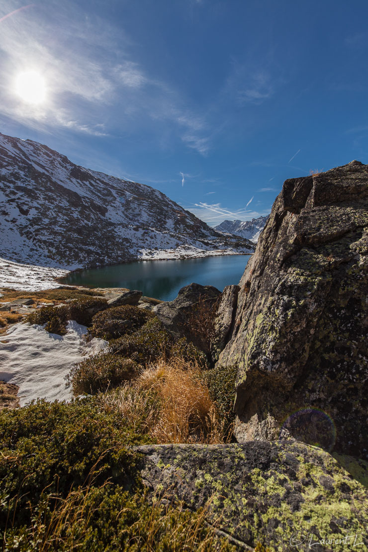 "Le rocher et le lac du Serpent  |  1/400 s à f/7,1 - 100 ISO - 15 mm  |  28/10/2016 - 11:37  |  45°3'12"" N 6°33'46"" E  |  2518 m"
